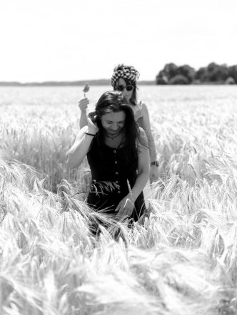 into the fields with Meike & Victoria